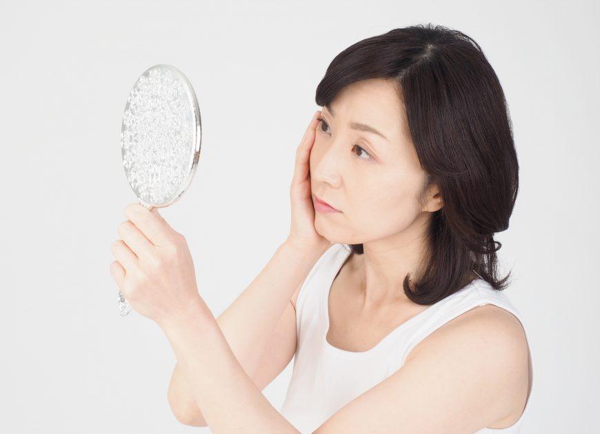 気になる顔や首のしわをなくすには?原因と部位別の対策と予防法